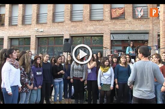 Alaitz Institutuko ikasleek eta Luis Morondo musika eskolakoek parte hartu zuten emanaldian