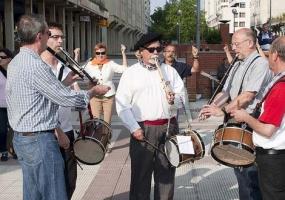 Tras los acordes del txistu o el acordeón, siempre se ha reunido gente para bailar.